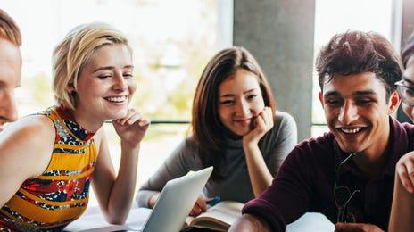 Amigos aprendiendo idiomas en grupo