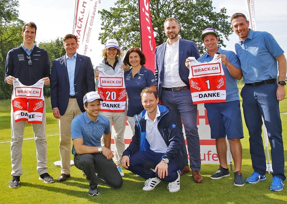 Glücklich über die neue Zusammenarbeit: die Delegationen Swiss-Ski und BRACK.CH