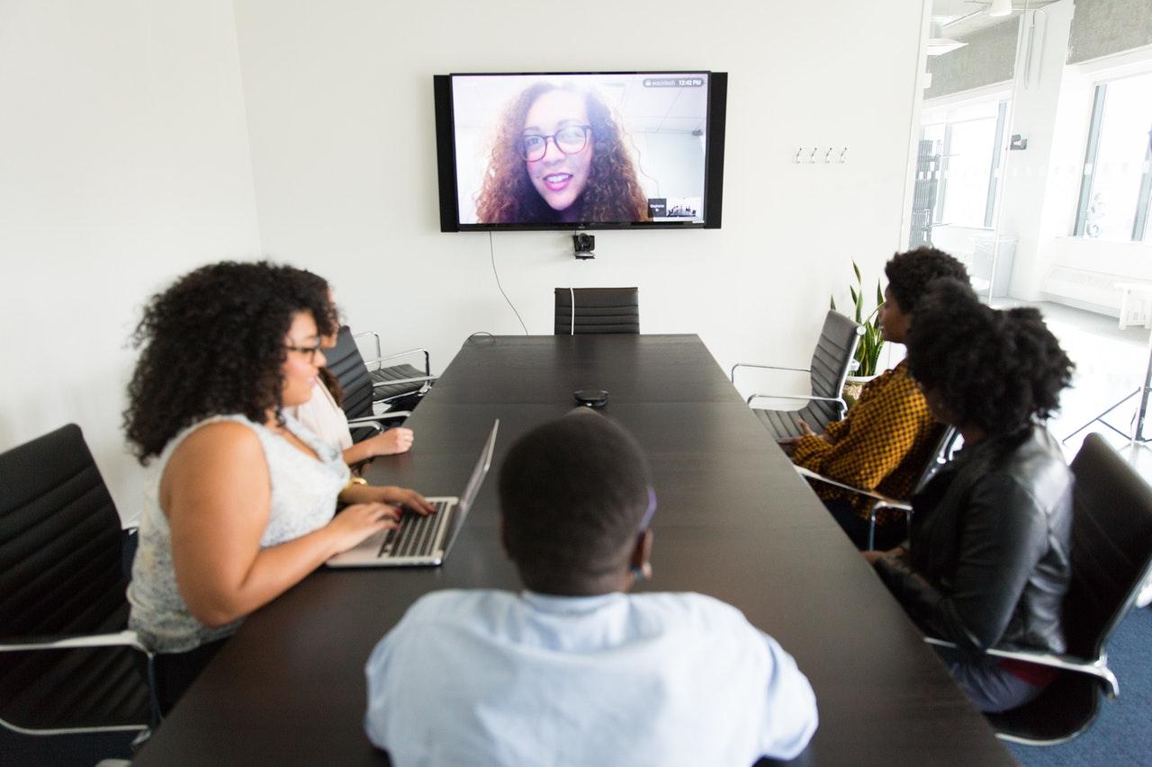 Managing_a_remote_team_in_a_meeting_room.jpg