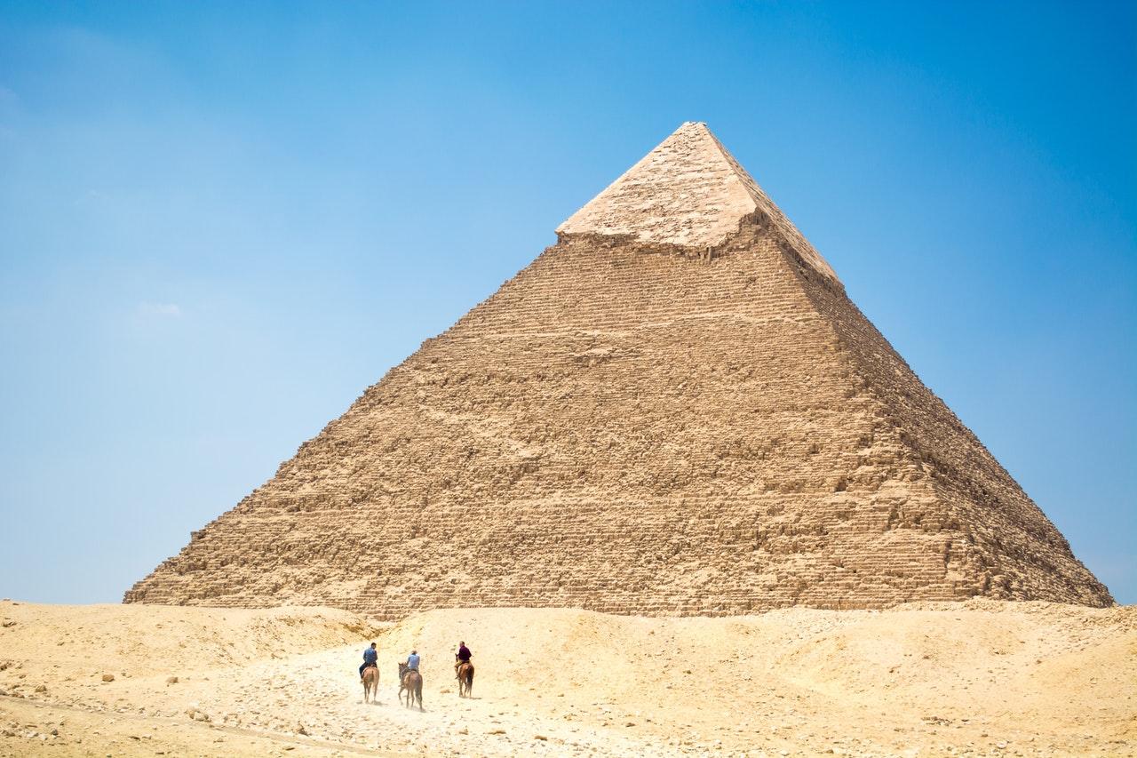 Walking_towards_Egyptian_pyramids_Arabic_language.jpg