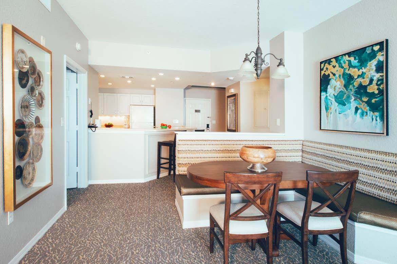 Área para cenar y una cocina equipada en una villa de dos habitaciones en Isla Del Río (River Island) en nuestro Orange Lake Resort.