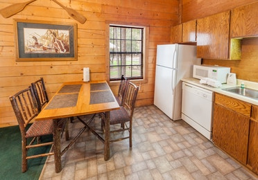 Kitchen and kitchen table at the one-bedroom villa at Lake O' the Wood Resort in Flint Texas.