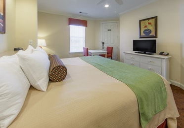 Lock-off bedroom with seating area and flat screen TV in a presidential villa at Fox River Resort in Sheridan, Illinois
