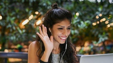 Joven aprendiendo idiomas online