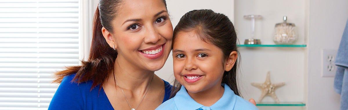 Mujer con su hija al dentista