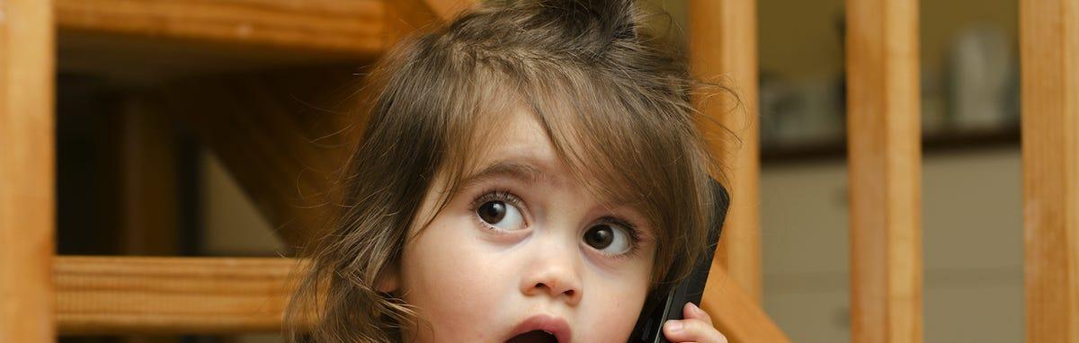 Nina haciendo una llamada a larga distancia con su abuela