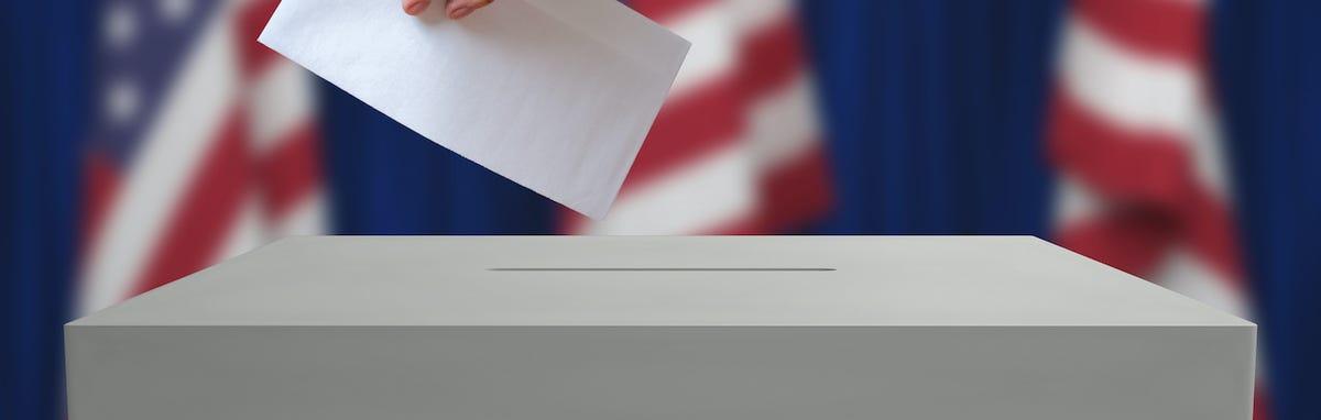Puede enviar una votación ausente por correo, votar de manera presencial antes del día de las elecciones o en el día de las elecciones.
