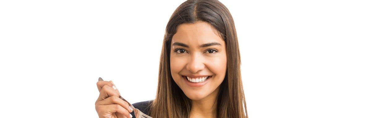 Mujer comiendo sano con una buena nutricion
