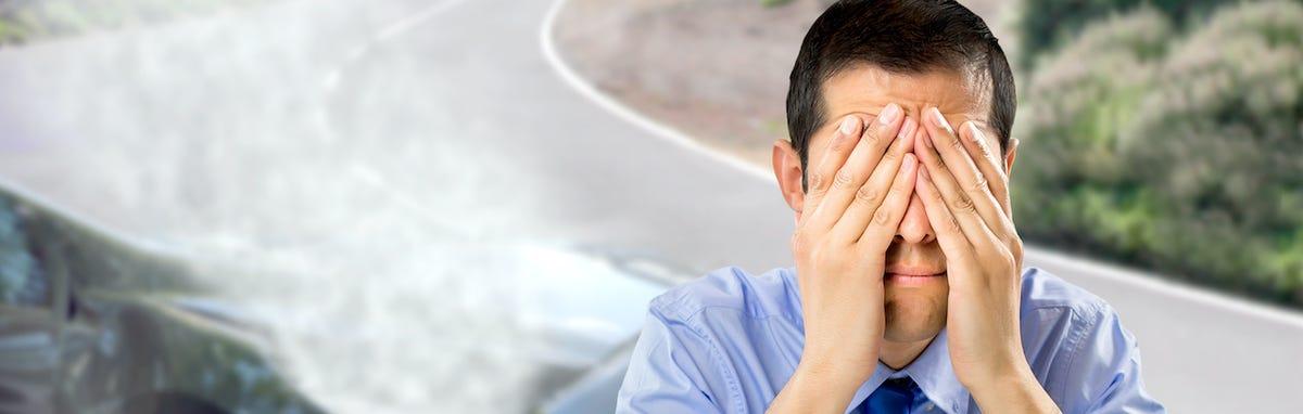 Hombre después de un accidente de automóvil, necesita seguro de auto