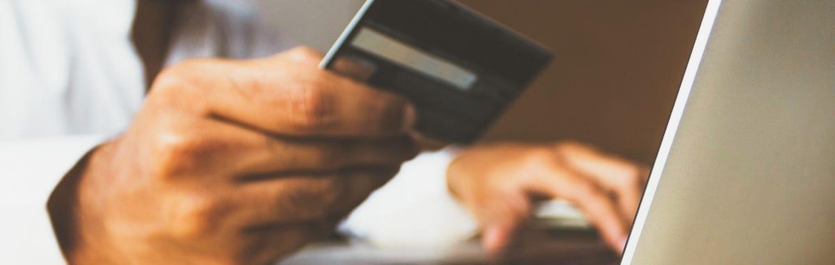 Hombre usando una tarjeta de credito