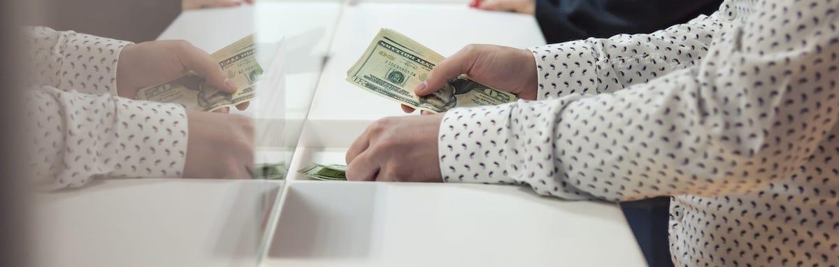 Transacciones en efectivo contribuyen a la propagación del coronavirus.