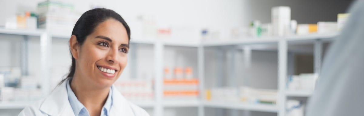 Paciente ahorra con su medicamentos en la farmacia