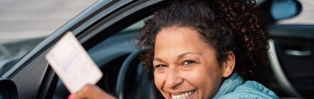 Mujer latina con su carne de conducir de California