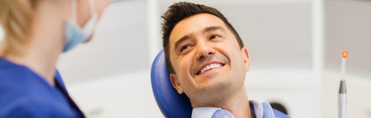 Hombre con dentista en una clínica bajo costo