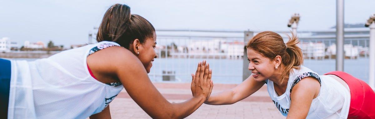 Dos mujeres que disfrutan los beneficios de la actividad física