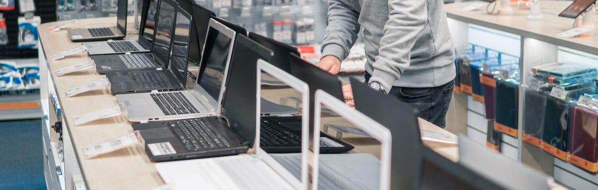 Hombre comprando una nueva computadora
