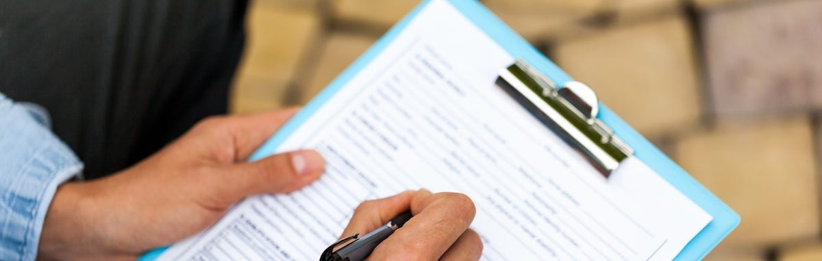 Entregando documentos para solicitar su permiso de conducir en California