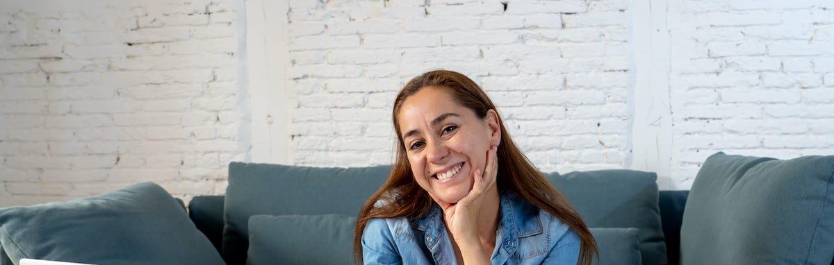 Mujer feliz por los beneficios de pagar impuestos