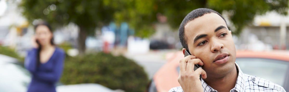 Hombre llamando para un seguro de auto