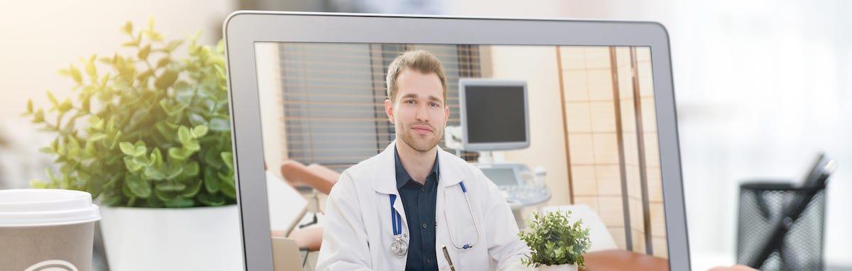 Consulta con un doctor en línea por computadora.