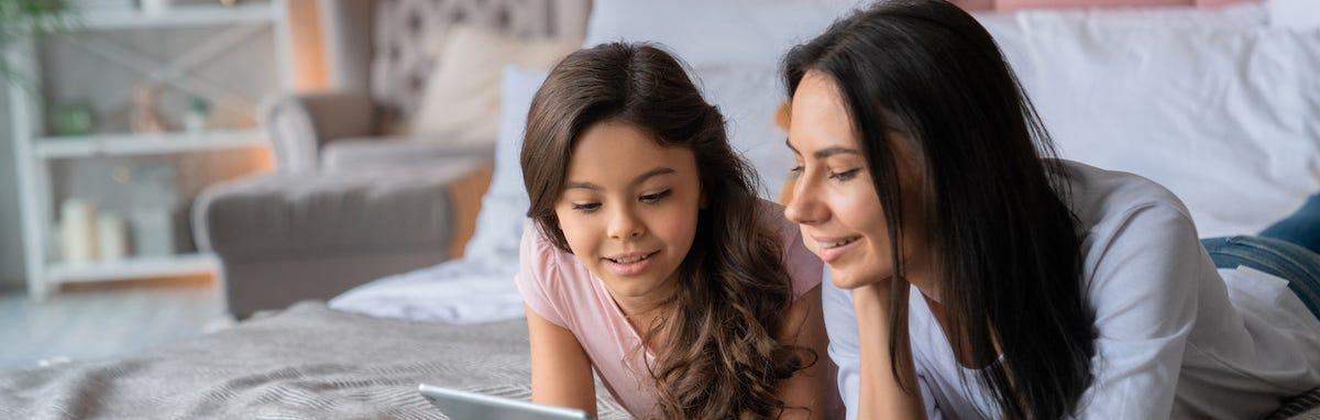 Mujer con su hija navegando en Internet con el menor riesgo posible