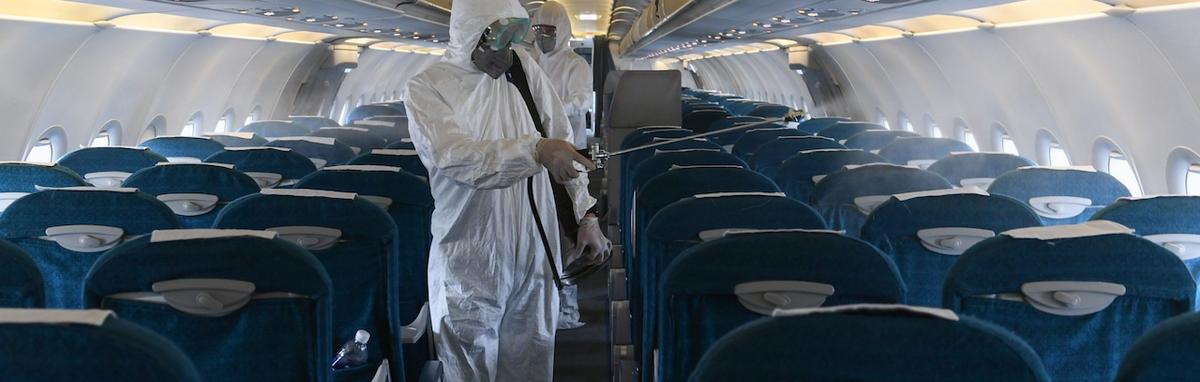 Las aerolíneas están tomando medidas especiales para desinfectar las naves en un esfuerzo de proteger a los pasajeros y detener el coronavirus.