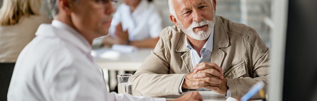 Hombre eligiendo su plan de seguro medico