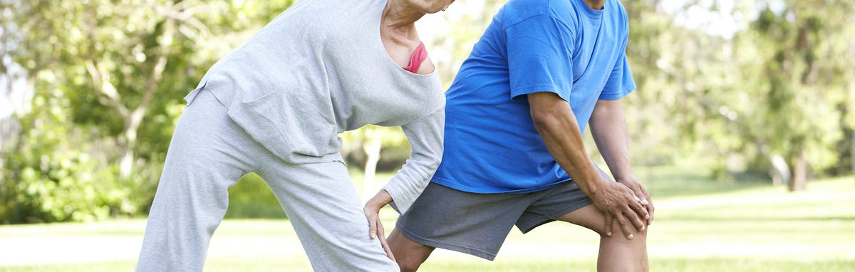Pareja disfrutando de los beneficios de actividades fisicas