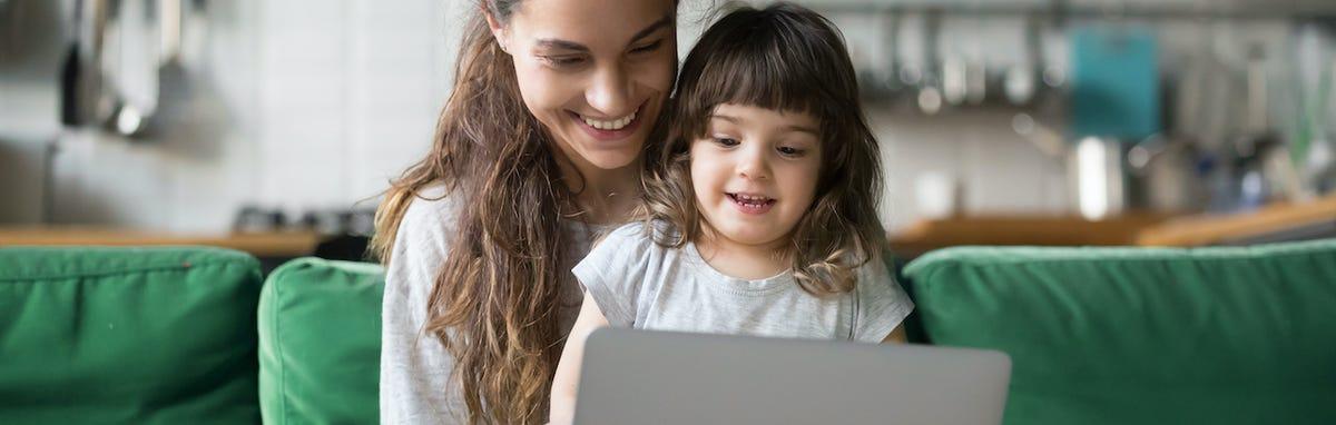 Madre y hija con herramientas educativos por internet