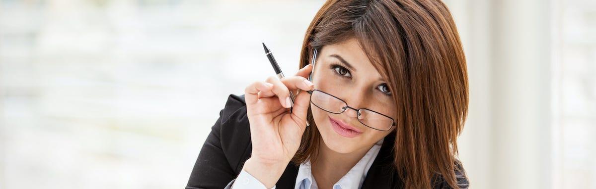 Mujer revisando un curriculum vitae (CV)