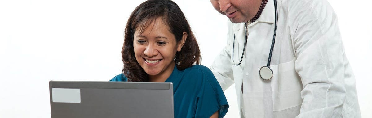 Carreras tecnicas - una enfermera dando instruciones a su estudiante