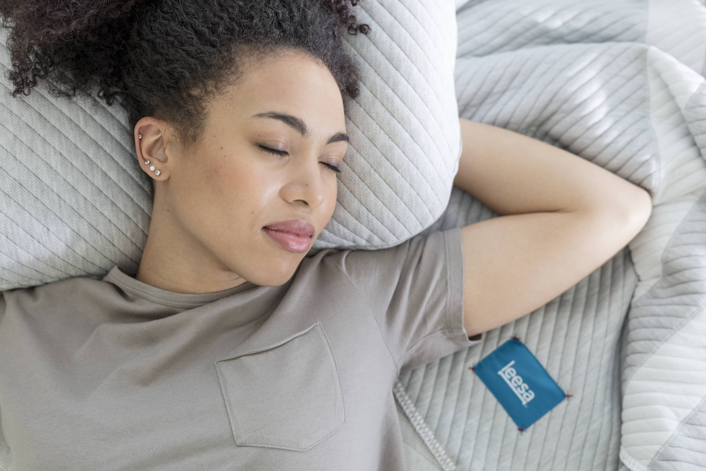 lady_sleeping_on_a_leesa_pillow_3