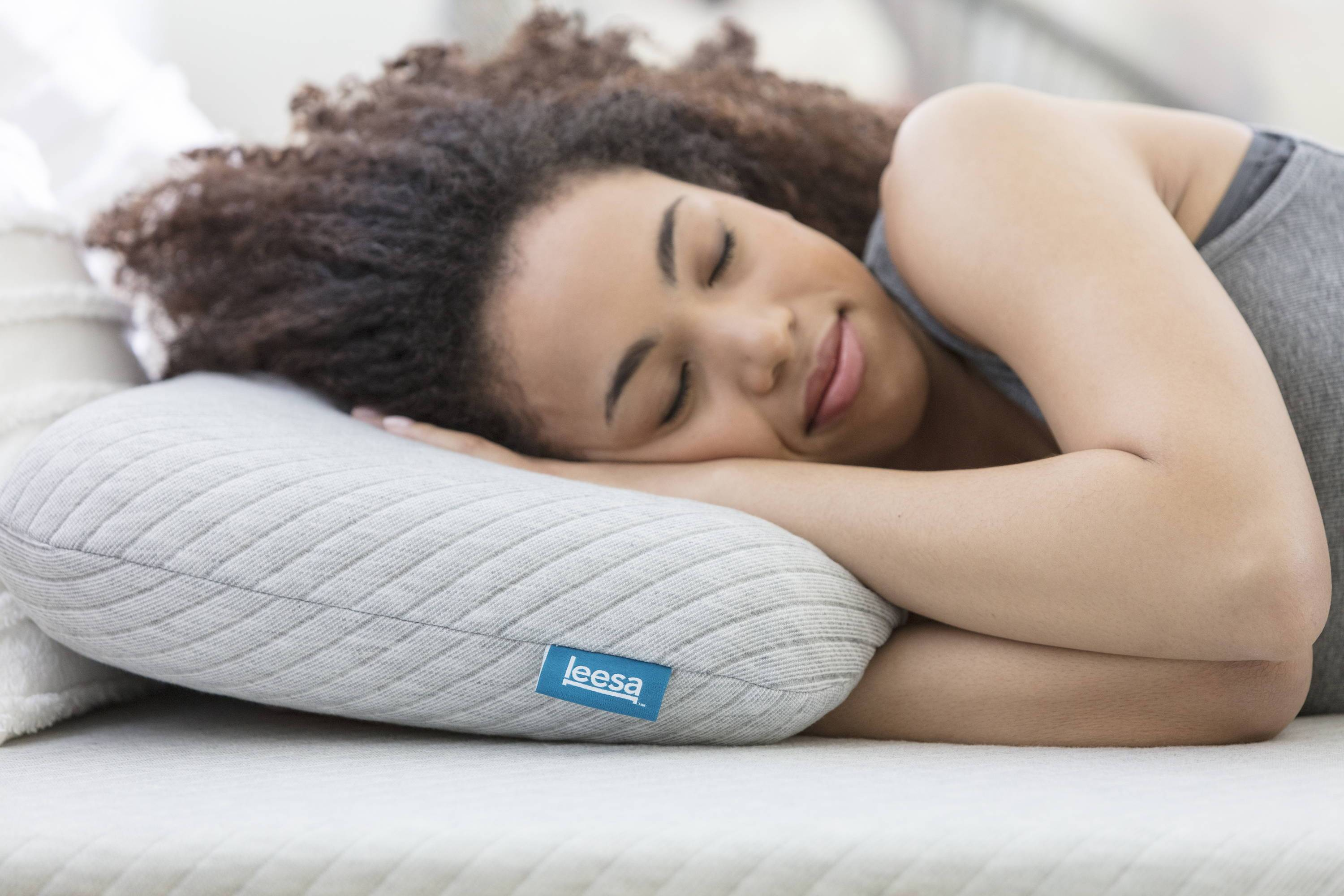lady_sleeping_on_her_side_on_a_leesa_mattress_and_pillow_4