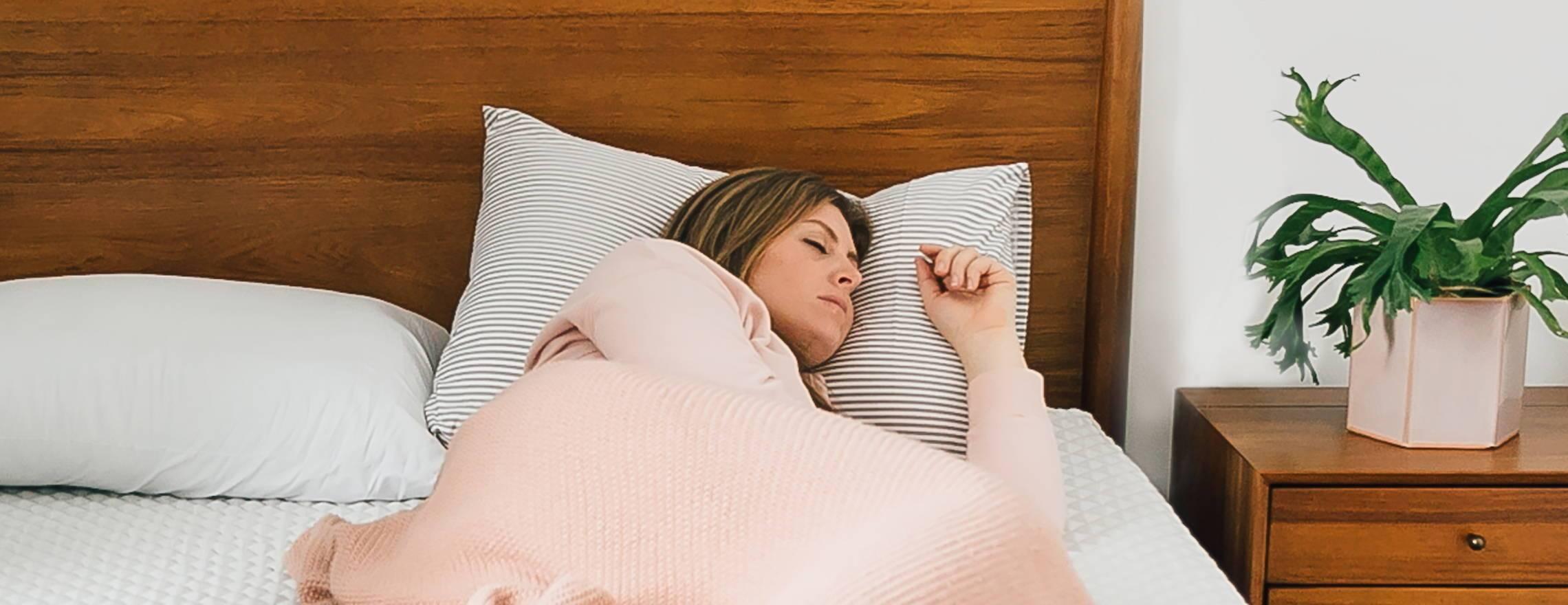 lady_resting_on_a_leesa_mattress_and_a_leesa_pillow