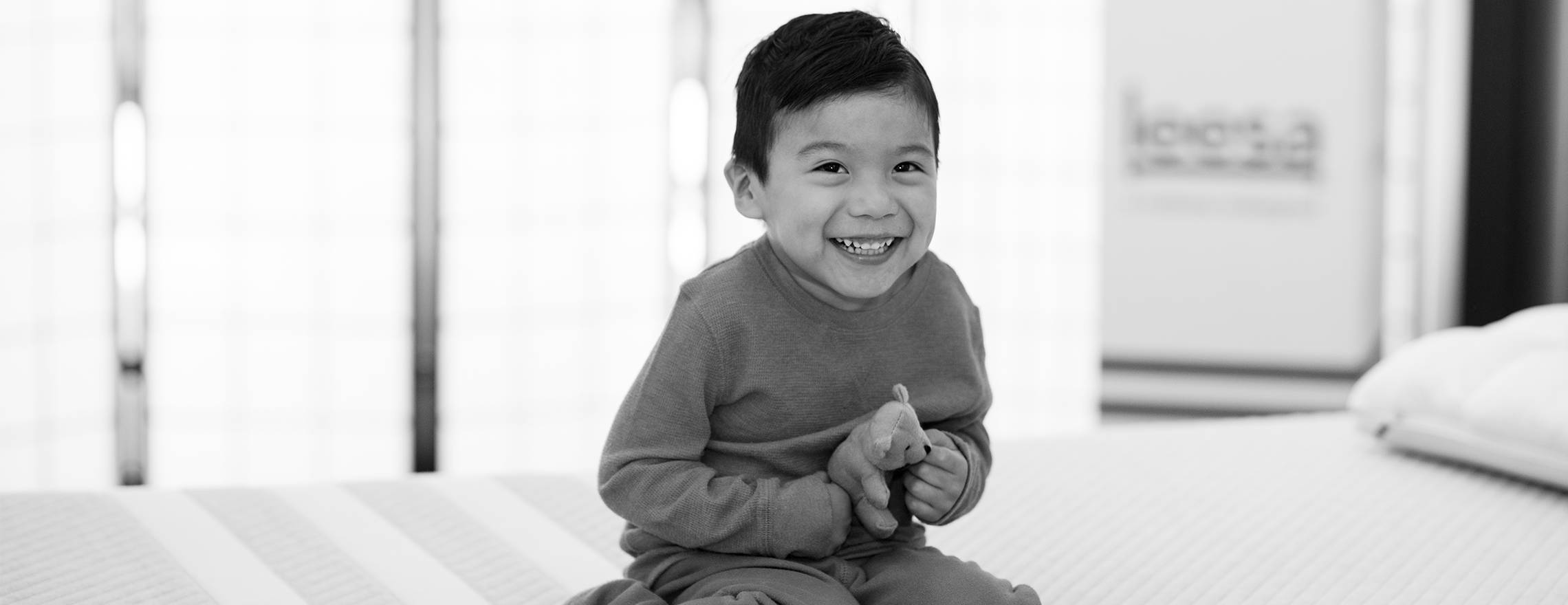 a_happy_child_on_a_leesa_mattress