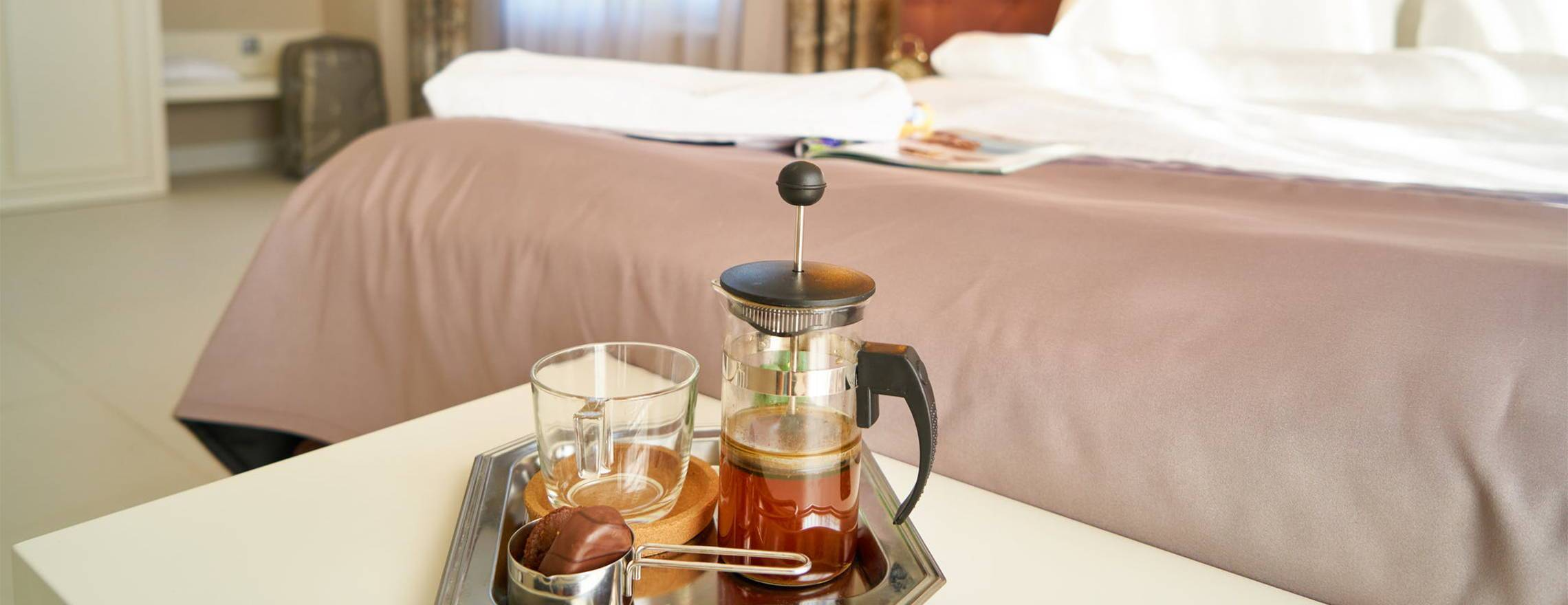 coffee_or_tea_serving_tray_in_a_comfortable_room_with_a_leesa_mattress