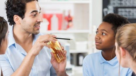 Formateur enseignant l'anglais `des enfants entre 8 et 11 ans
