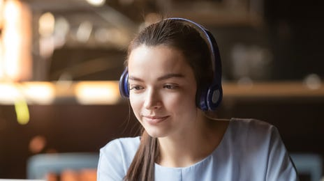 jeune femme suivant un cours de langue en ligne