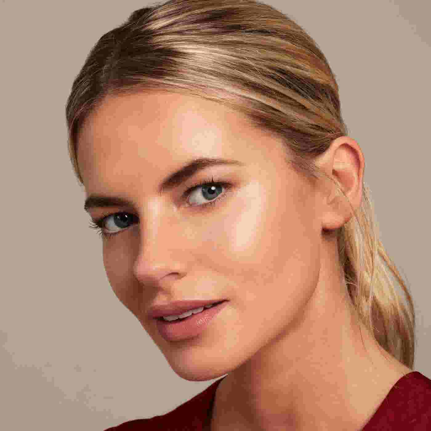 Model wearing Max Factor Miracle Glow Duo Highlighter.
