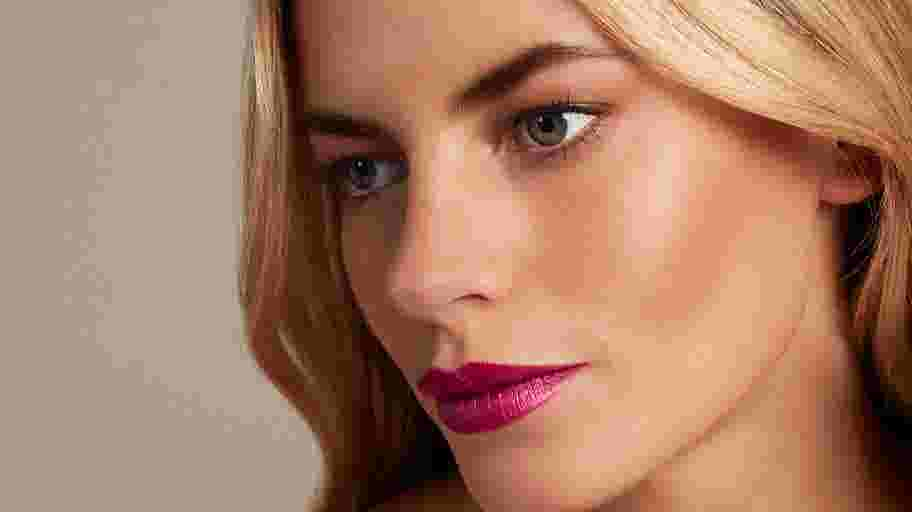 Model wearing Max Factor Colour Elixir Lipstick in Mulberry
