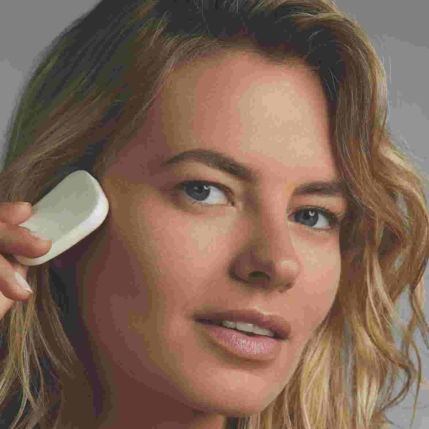 Model applying Max Factor Facefinity Compact Foundation