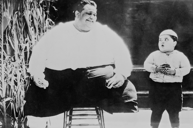 American child actor Joe Cobb (1916 - 2002, right) meets the world's fattest man, circa 1925. Image: General Photographic Agency/Hulton Archive/Getty Images