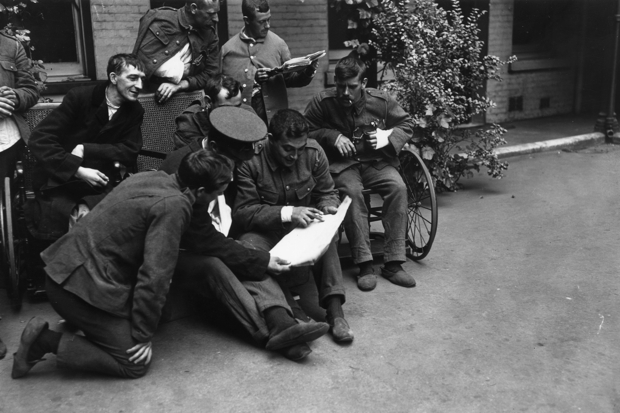 Wounded soldiers in London read the the news from the front in 1914 (Photo: Topical Press Agency/Getty)