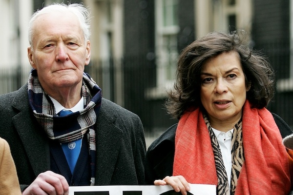 Bianca Jagger protesting against the Iraq war with Tony Benn. Photo: Getty.