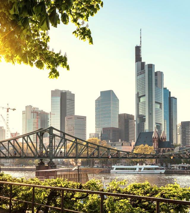 Blick auf die Frankfurter Skyline und den Main