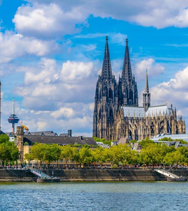 Köln mit Hohenzollernbrücke, Dom und St. Martin Kirche.