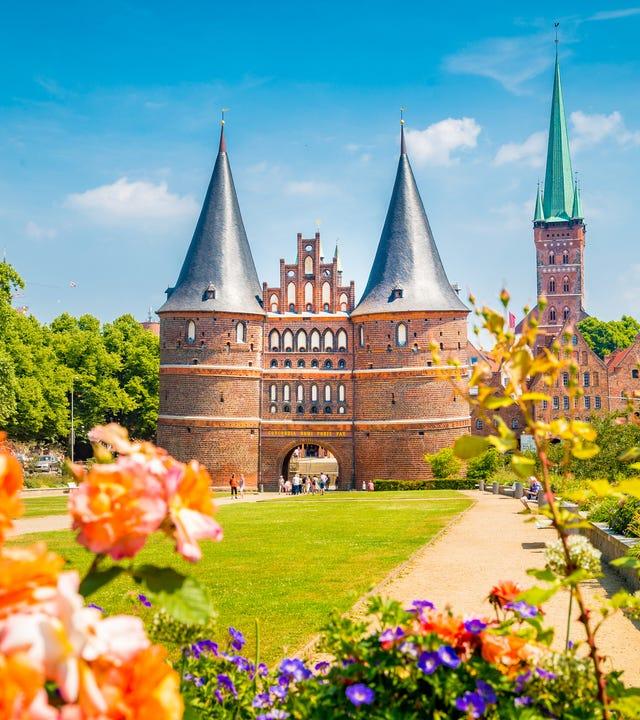 Historische Stadt Lübeck mit berühmten Holstentor Tor im Sommer, Schleswig-Holstein.
