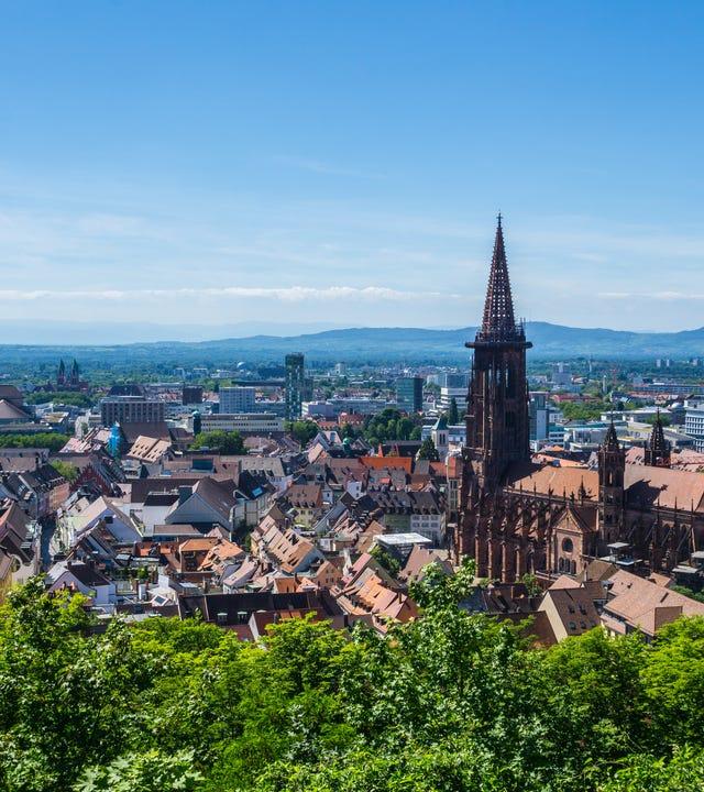 Blick auf die Dächer von Freiburg im Breisgau und das Freiburger Münster