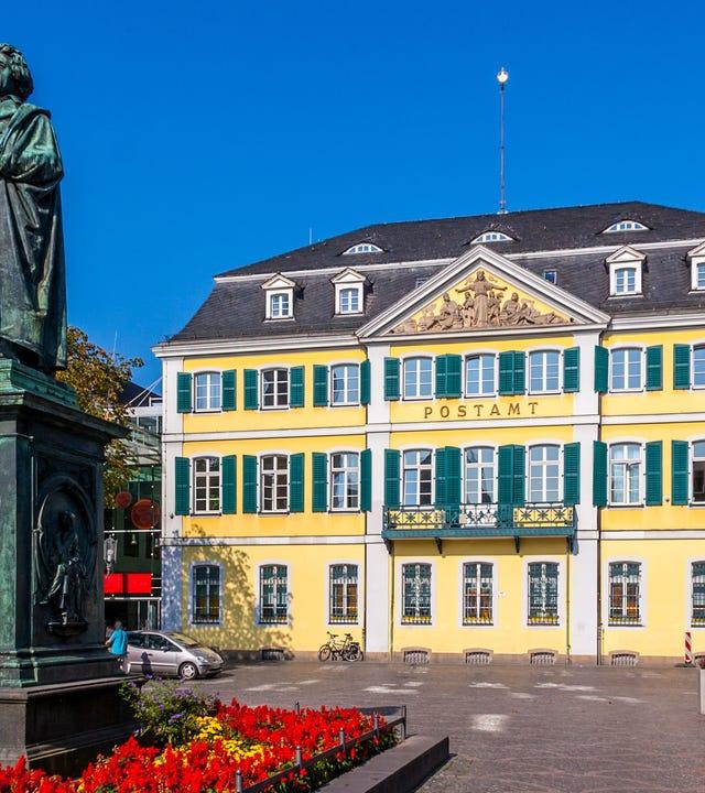 Die alte Post und das Beethovendenkmal in Bonn